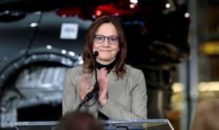 米国での投資計画を発表したGMのバーラCEO(22日、ミシガン州のオリオン工場)=ロイター