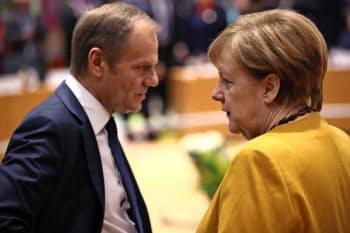 22日、EU首脳会議の場で話すメルケル独首相(右)とトゥスクEU大統領(ブリュッセル)=AP