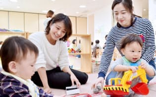 「甲南子育てひろば」で子供と触れ合う学生(神戸市東灘区)