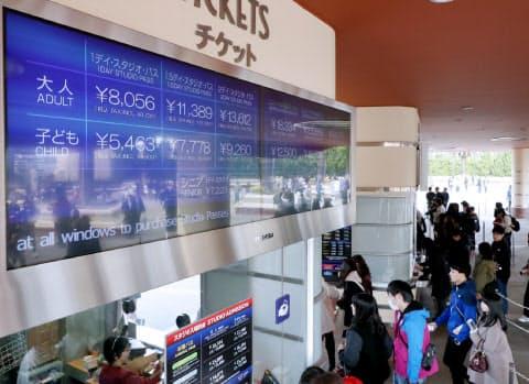 大人が税抜き8056円の入場料金を表示するUSJのチケット売り場(23日午前、大阪市此花区)