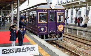 釜石駅を出発する三陸鉄道リアス線の記念列車(23日午前、岩手県釜石市)=共同