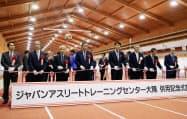鹿児島県大崎町に陸上競技施設「ジャパンアスリートトレーニングセンター大隅」が完成。23日、式典でテープカットする三反園訓知事(右から4人目)ら=共同