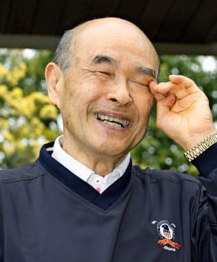自宅前で取材に応じ、イチロー元選手について話しながら目頭を押さえる父、鈴木宣之さん(23日午前、愛知県豊山町)=共同