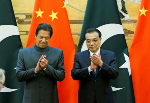 パキスタンのカーン首相(左)は昨年の訪中で外貨支援を求めた(2018年11月、北京)=ロイター