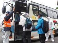 バスに乗り込む避難訓練参加者