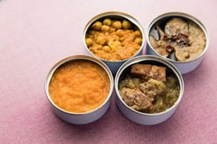 ミールdeスマイリング第一弾の4品。左下から時計回りで人参の食べるスープ、大豆ミートのキーマカレー、ニシンの野菜スープ煮、豚肉のりんご煮(撮影=八田政玄)