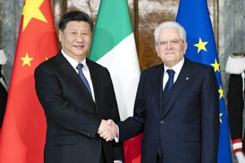 握手するイタリアのマッタレッラ大統領(右)と中国の習近平国家主席=22日、ローマ(イタリア大統領府提供・共同)