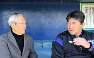 語り合う権藤氏(左)と野茂氏