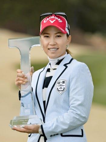 通算6アンダーで優勝し笑顔の上田桃子(24日、茨木国際GC)=共同