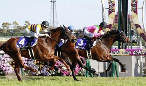 第49回高松宮記念を制したミスターメロディ(3)。左は2着のセイウンコウセイ(24日、中京競馬場)=共同