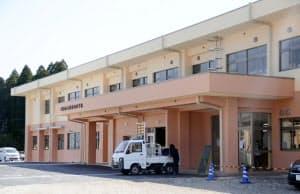 再建された阿蘇西小の校舎(24日、熊本県阿蘇市)=共同
