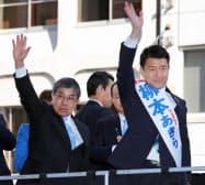 大阪市長選が告示され、支持を訴える柳本顕氏(右)と大阪府知事選候補の小西禎一氏(24日、大阪市中央区)