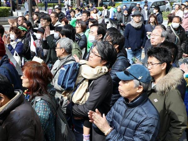 街頭演説を聞く有権者ら(24日午前、大阪市中央区)