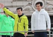 支持を訴える松井一郎氏(左)と大阪府知事選候補の吉村洋文氏(24日、大阪市中央区)