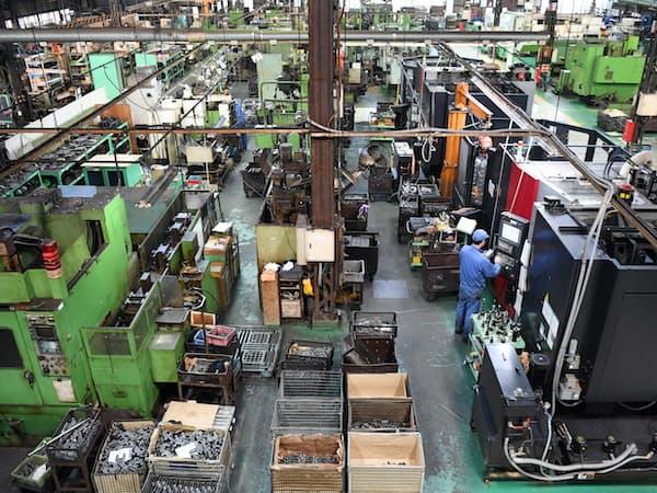 スーパーツールは金属を自動的に加工するマシニングセンターを導入し、効率よく工具や部品を生産する(大阪府堺市)