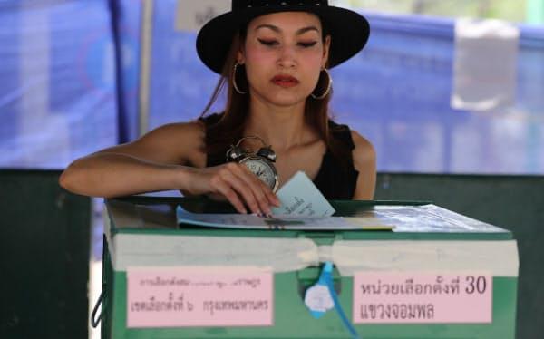 タイ総選挙で投票する有権者(24日、バンコク)=三村幸作撮影