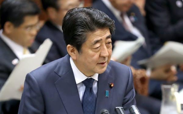 参院予算委で答弁する安倍首相(25日午前)