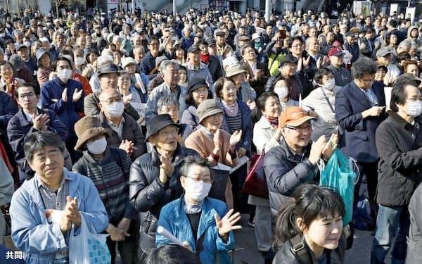 統一地方選で街頭演説を聞く有権者ら(21日、横浜市)