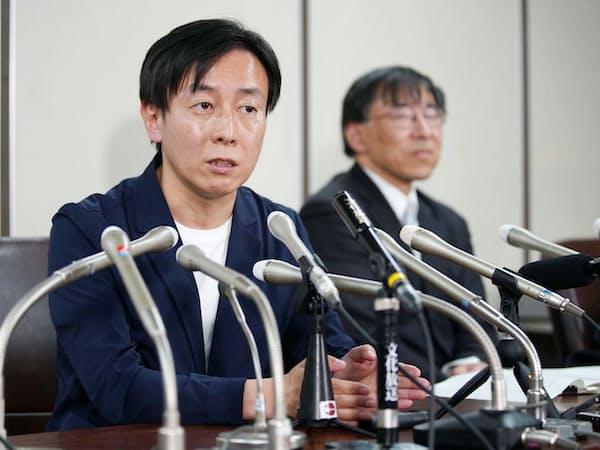 判決後に記者会見するサイボウズの青野社長(左)=25日午後、東京・霞が関