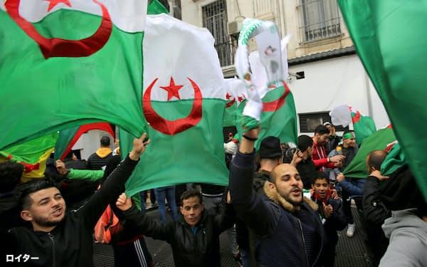 ブーテフリカ大統領の退陣を求めるデモ隊(22日、アルジェ)=ロイター