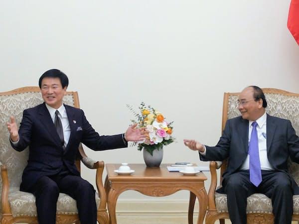 人材交流について意見交換するベトナムのフック首相(右)と千葉県の森田健作知事(14日、ハノイ)