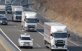 加減速を自動で行って車間距離を保ちながら走るトラック(23日午後、静岡県磐田市)
