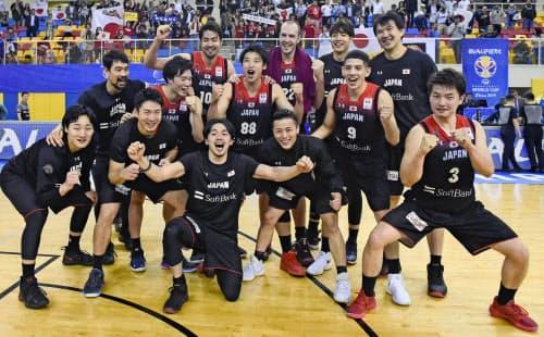 男子W杯アジア2次予選でカタールに勝利し、W杯出場を決め喜ぶ日本代表=共同