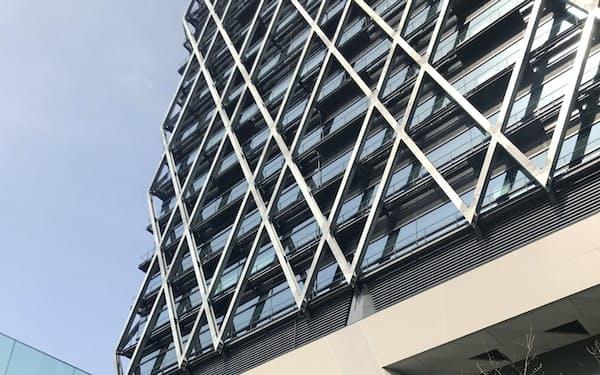 西武HDの新本社ビルは西武池袋線をまたぐように建てられた(東京・豊島)