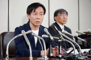 判決後に記者会見するサイボウズの青野社長(左)(25日、東京・霞が関)