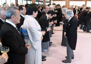 招待客らと歓談する天皇、皇后両陛下(25日、京都市上京区の京都御所)=代表撮影