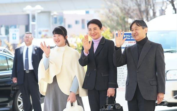長野駅に到着した皇太子ご夫妻、愛子さま(25日、長野市)=代表撮影