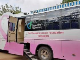 検査機材を乗せたバス。中で乳がんの検査ができる。