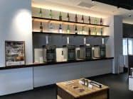 センター内では沿線地域の日本酒も試飲できる(25日に開いた内覧会の様子)