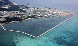 土砂投入準備が進む沖縄県名護市辺野古の沿岸部の新たな区域(中央)=25日(共同)
