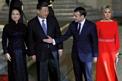 中国の習国家主席を案内するマクロン仏大統領(25日、パリ)=AP