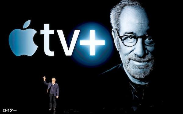 アップルの会見にはスピルバーグ氏がサプライズゲストで登壇した(3月25日、カリフォルニア州)=ロイター