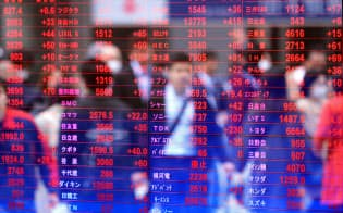 東証第1部の上場企業数は約2100社に上る(26日午前、東京都中央区内の証券会社の株価ボード)