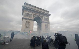 黄色いベストのデモには黒ずくめの無政府主義者集団「ブラック・ブロック」が加わっていた(16日、パリ)=ロイター