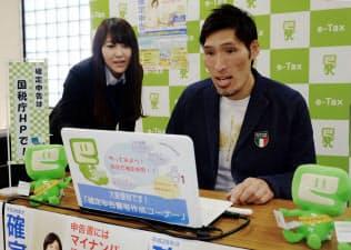 インターネットを使った確定申告の模擬体験をする篠原信一さん(2017年2月16日)