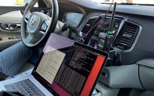 高速道路での自動運転ソフトを搭載したボルボ車=ロイター