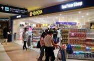 マツモトキヨシホールディングスが店舗網の拡大を続ける(写真は成田国際空港内の店舗)