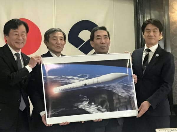 和歌山県へのロケット発射場誘致を発表する仁坂吉伸知事(左から2番目)、スペースワンの太田信一郎社長(右から2番目)ら(和歌山市)