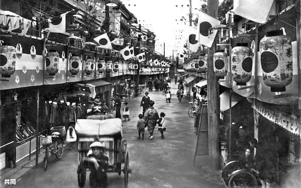 昭和天皇の即位の大典を前に奉祝の日の丸、提灯で飾られた大阪市内の商店街(1928年年11月、日本電報通信社撮影)=共同