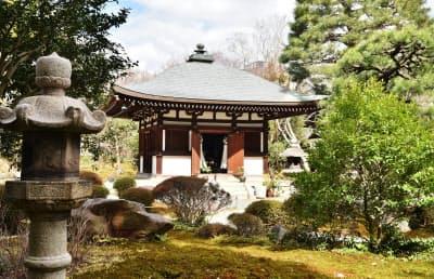 3体の仏像が安置されている白沙村荘の持仏堂(京都市左京区)
