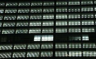 残業は4月から制限される(夜のオフィスにともる明かり)
