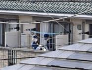 女性が背中を刃物で刺されて倒れているのが見つかったアパート(26日午後、東京都杉並区)=共同