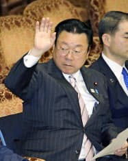 参院予算委で挙手する桜田五輪相(26日)=共同