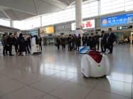 中部空港のロビーで、ロボットの実演会が開かれた(26日、愛知県常滑市)