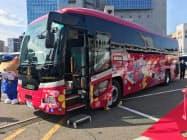 西日本JRバスが公開した貸し切りバス「花嫁のれん 第二章」(26日、金沢市)