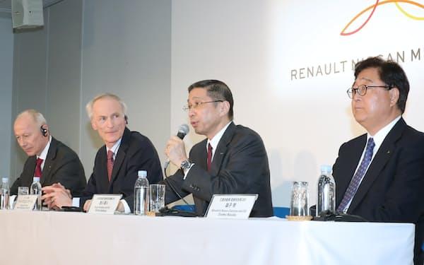 記者会見する(右から)三菱自の益子会長兼CEO、日産の西川社長兼CEO、ルノーのスナール会長、ボロレCEO(12日、横浜市))